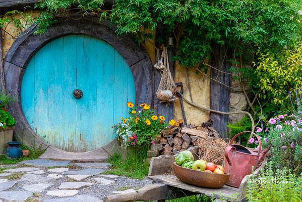 Das ursprüngliche Set war nicht für die Ewigkeit gebaut, da die Hobbit-Loch-Fassaden aus unbehandeltem Holz, Lagen und Styropor hergestellt und nach dem Filmen teilweise abgerissen wurden.