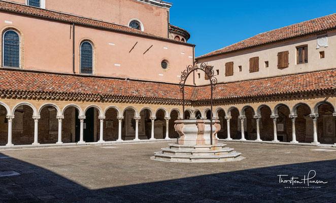 Klosterinnenhof mit romanischem Kreuzgang des Kloster der Karmaldulenser. In diesem Kloster zeichnete der Mönch Fra Mauro zwischen 1457 und 1459 seine kreisförmige Weltkarte.