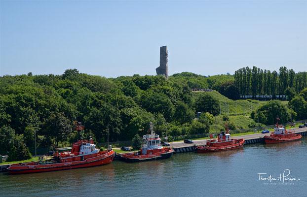 Die größtenteils bewaldete, sandige, langgestreckte Westerplatte bei Danzig, eine Halbinsel ohne nennenswerte Bodenerhebungen, zwischen Ostsee und Hafenkanal, verfügt über eine ereignisreiche Geschichte.