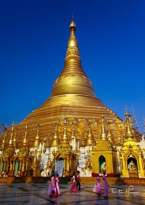Ihre jetzige Höhe von 98 Metern erreichte die Shwedagon unter König Hsinbyushin aus Ava im Jahre 1774. Die Königin selbst stiftete ihr Körpergewicht in Gold für die Verkleidung der Pagode.