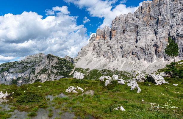Diese 6 km lange Gruppe bildet eine hohe Felsmauer, die gegen Westen über 1000 m abfällt.