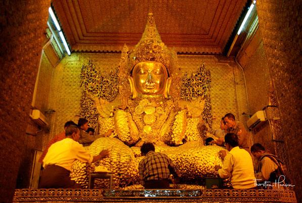 Die Mahamuni-Pagode gilt als religiöses Zentrum Mandalays. Dementsprechend zieht die Mahamuni-Statue als meistverehrte Figur Myanmars jährlich tausende Pilger nach Mandalay.