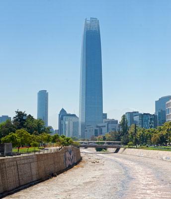 Gran Torre Santiago ist ein Wolkenkratzer in der Stadt Providencia, im Gebiet der Hauptstadt Chiles, Santiago de Chile. Mit 300 Metern ist es das höchste Gebäude Südamerikas