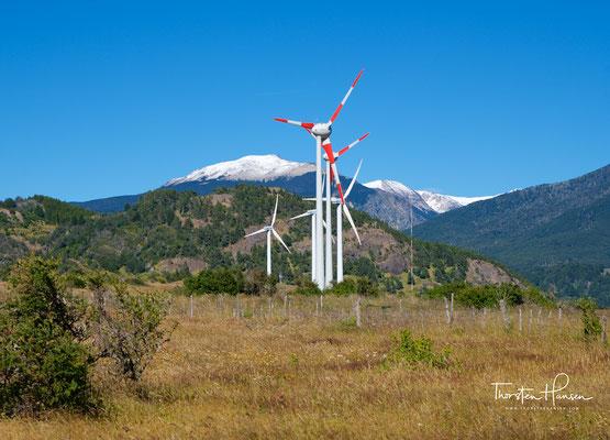 Windräder in Coyhaique. Sie ist eine Stadt im Süden des südamerikanischen Chile und die Hauptstadt der Región de Aysén (Region XI). Sie hat 49.968 Einwohner und liegt rund 1650 km südlich von Santiago.