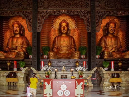 In der Haupthalle befinden sich drei große Buddha-Statuen: Amitabha, flankiert von Mahasthamaprapta und Avalokitesvara.