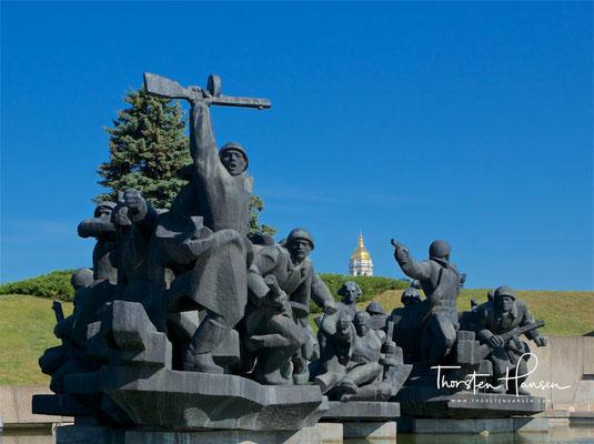 Die Skulpturen entlang der Allee sollen den tapferen Durchhaltewillen und die mutige Verteidigung..