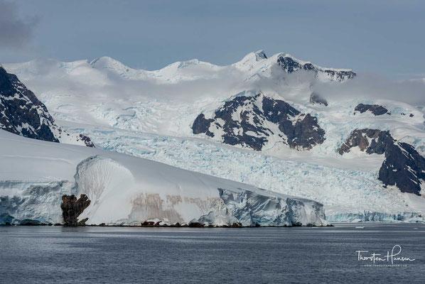 Die Antarktis wurde ab 1820 von verschiedenen Forschern und Seefahrern befahren und untersucht. Sie ist die Antipodin der auf der Nordhalbkugel über dem Nordpol liegenden Arktis.