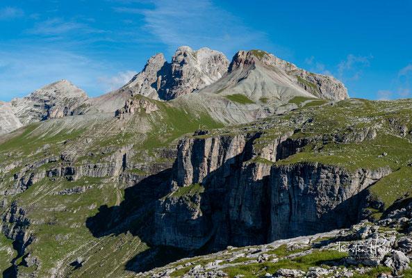Das Wanderung über das Hochplateau auf knapp 2400m bietet einem wunderschöne Aussichten in das Langtal und führt nach 2 km zum Ciampeijoch