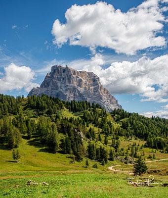 Der Monte Pelmo gilt als einer der großen Felsdome in den Dolomiten, ein Berg von gewaltigen Ausmaßen. Er bildet einen fast geschlossenen Block, von welcher Seite man ihn auch betrachten mag.