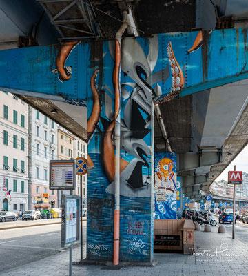 Die Pfeiler wurden von Straßenkünstlern verschönert