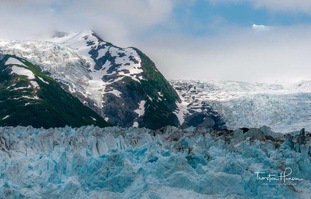 Die bis zu 80 m hohe Eisfront des Columbia-Gletschers, dem größten angrenzenden Eisfeld, mündet auf einer Länge von 10 km im Norden in die Bucht.