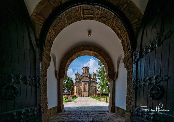 Aufgrund seiner in der mittelalterlichen serbischen Kunstgeschichte einzigartigen Architektur und der Lage auf dem Amselfeld ist es eines der bekanntesten Klöster der serbisch-orthodoxen Kirche.