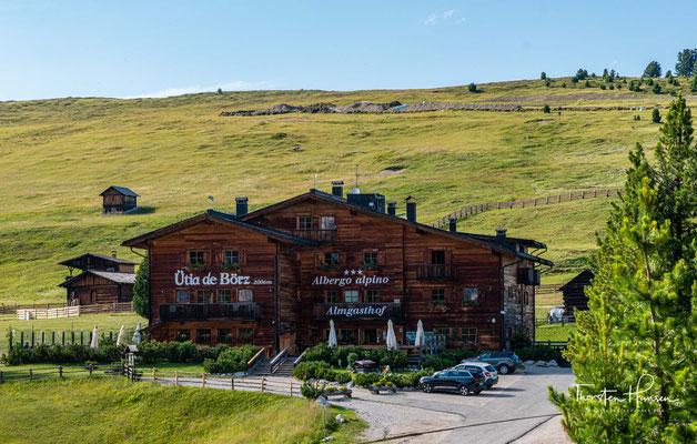 """Die Berghütte """"Ütia de Börz"""" liegt auf 2.006 m ü.M. auf der Passhöhe des Würzjochs, inmitten der überwältigend schönen Natur am Tore des Naturparks Puez-Geissler."""