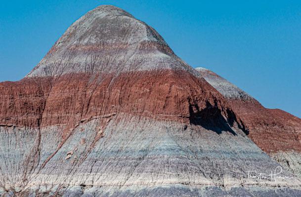 Ihre Basis besteht aus zum Teil von Eisenoxid rötlich gefärbtem Gestein,...