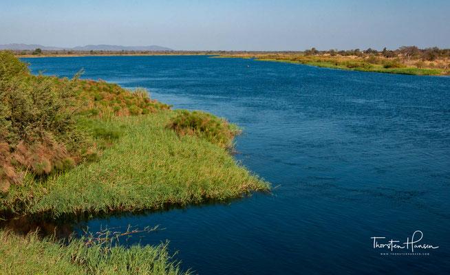 Er durchfließt Sambia von Norden nach Süden, durchquert dabei den Kafue-Nationalpark, dann die fruchtbaren Kafueauen mit Blaue-Lagune-Nationalpark und Lochinvar-Nationalpark, dann durch die lange Kafueschlucht mit ihrem hohen Gefälle und mündet im Sambesi
