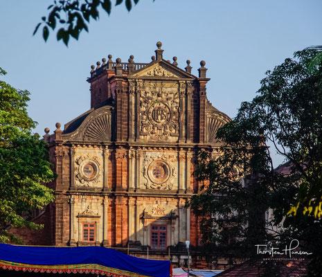 Die Basílica do Bom Jesus oder Borea Jezuchi Bajilika.  Die Jesuitenkirche ist Indiens erste Basilica minor und gilt als eines der besten Beispiele für die barocke Architektur in Indien. Sie gehört zu den Sieben Wundern portugiesischen Ursprungs.