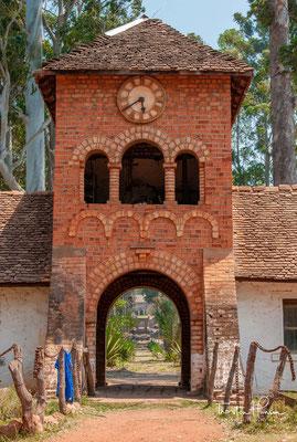 Shiwa Ngandu (auch buchstabiert Shiwa Ng'andu ) ist ein großer englischer Stil Landhaus und Anwesen in der Muchinga von Sambia , früher die Northern Province , etwa 12 km (7,5 Meilen) westlich von Great North Road und auf Weg zwischen Mpika und Chinsali