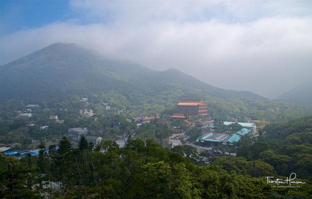 """Einst ein einsames Kloster eingebettet in eine üppige Berglandschaft fand 1993 das Po Lin Kloster mit der Errichtung der außergewöhnlichen Tian Tan Buddhastatue (inoffizell auch als """"Big Buddha"""" bekannt) seinen Platz auf der Weltkarte."""
