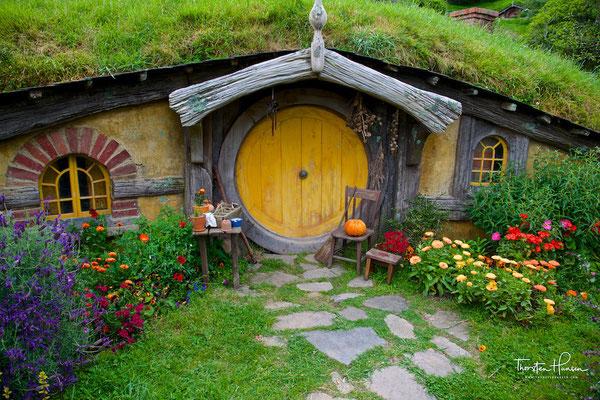 Weitere Arbeiten umfassten den Bau der Fassaden für 39 Hobbitlöcher und zugehörige Gärten und Hecken,....