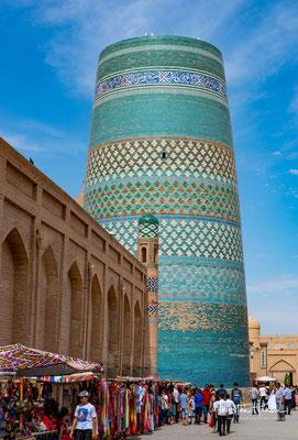 Nachdem der Herrscher des Khanats Chiwa, der Khan Muhammad Amin, der den Auftrag für den Bau erteilte hatte, 1855 in einer Schlacht getötet wurde, brach man den Weiterbau unvollendet ab.
