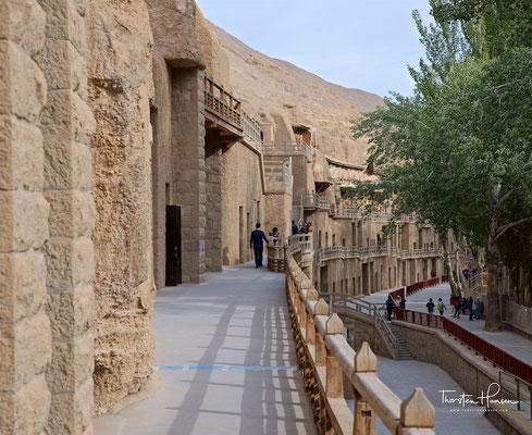 Die Mogao-Grotten sind ein System mehrerer hundert Höhlentempel, gelegen in einer Flussoase an der Seidenstraße