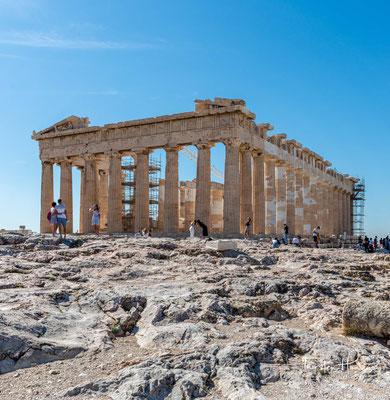 """Der Parthenon (altgriechisch παρθενών """"Jungfrauengemach"""") ist der Tempel für die Stadtgöttin Pallas Athena Parthenos auf der Athener Akropolis."""