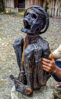 """Über dem Rauch des Feuers wurde der tapfere Häuptling über ein halbes Jahr in Hockstellung auf einem Holzgerüst sozusagen """"geräuchert"""", sein Körper ausgetrocknet und konserviert."""