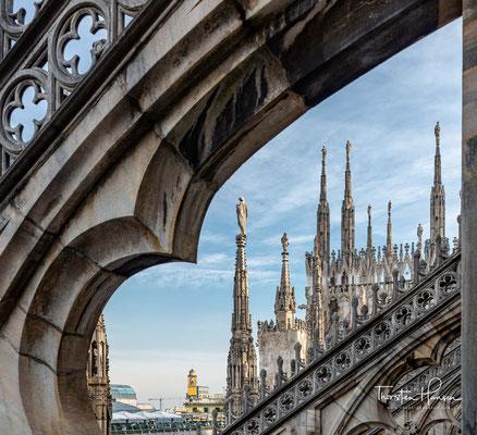 Bis 1402 sind in den zeitgenössischen Quellen neben italienischen auch konkurrierende französische und deutsche Baumeister genannt...