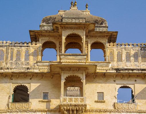 Auf einem kompakten Fundament erheben sich insgesamt elf Paläste über mehrere Etagen mit reich verzierten Balkonen sowie zierlichen Türmchen.