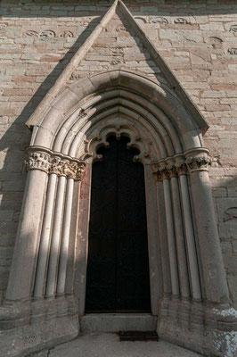 Von der ältesten Kirche an dem vorgeschichtlich in mehrfacher Hinsicht interessanten Ort stammt nur noch der Turm. Um 1200 entstand eine romanische Bruchsteinkirche mit Langhaus, Apsidenchor und Kirchturm.