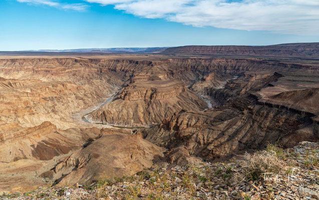 Vor 350 Millionen Jahren begann die geologische Entstehung des Fish River Canyons. Es senkte sich entlang alter tektonischer Bruchstrukturen ein weitläufiger Graben ein.