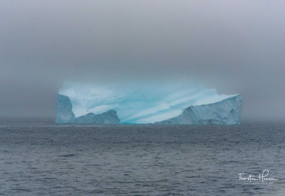 Durch Messungen hat man jedenfalls herausgefunden, dass weißes Licht im Eis einen Weg von ungefähr drei Metern zurücklegen muss, bis fast nur noch blaues Licht herauskommt. Der gleiche Effekt ist auch bei Gletschereis zu beobachten