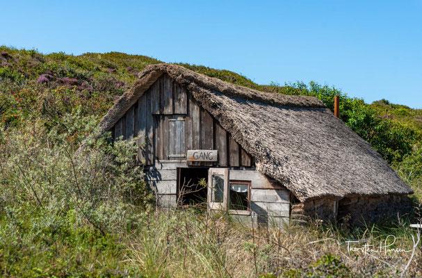 An der schmalsten Stelle bei der Ortschaft De Koog ist er hingegen nur wenige hundert Meter breit. Die höchsten Dünen erreichen eine Höhe von fast 25 Metern.