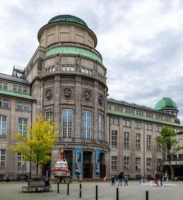 In dem Museum, das jährlich von etwa 1,5 Millionen Menschen besucht wird, werden rund 28.000 Objekte aus etwa 50 Bereichen der Naturwissenschaften und der Technik ausgestellt.