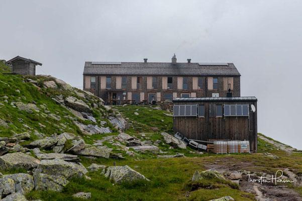 """Die 1881 durch die Sektion Prag errichtete Olpererhütte gehört zu den frühen Schutzhütten der Ostalpen. Ziel war es damals, Bergsteigern eine """"bequemere"""" Begehung des Olperers zu ermöglichen."""