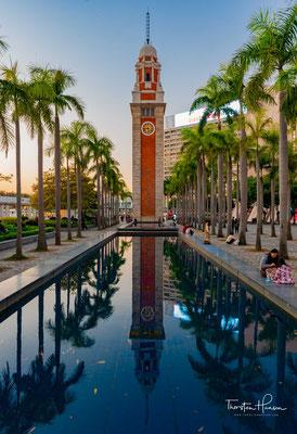Der 44m hohe alte Uhrturm 1915 wurde als Teil des Kowloon-Canton Eisenbahnhofs errichtet. Mittlerweile erinnert nur noch der elegante Turm aus rotem Backstein und Granit an diese Zeit.