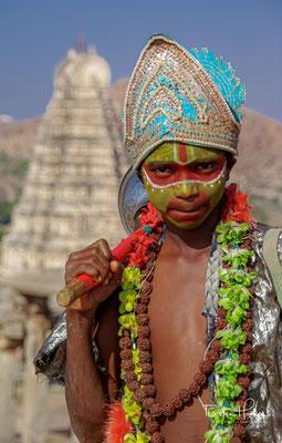 Hampi und die Legende von Hanuman. Hampi (Kannada: ಹಂಪೆ Hampe) ist eine historische Stätte im indischen Bundesstaat Karnataka.