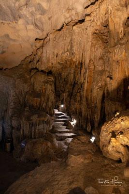 Die Legende besagt, dass eine schöne junge Dame namens May (Wolke), erregte die Aufmerksamkeit des Drachen Prinz und er verliebte sich in sie. Sie verlobten, und ihre Hochzeit dauerte sieben Tage und sieben Nächte im Zentrum der Grotte.