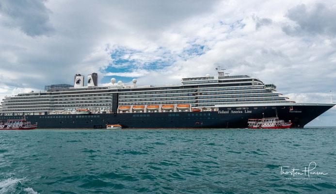 Nach SARS-CoV-2-Infektionen auf der Diamond Princess wurde der Westerdam Anfang Februar 2020 von den Behörden mehrerer Staaten ein Anlegen in ihren Häfen verweigert...