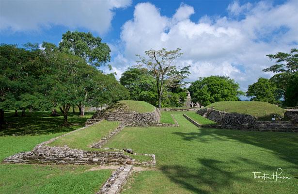 Ballspielplatz und im Hintergrund weitere Tempel der Grupo Norte