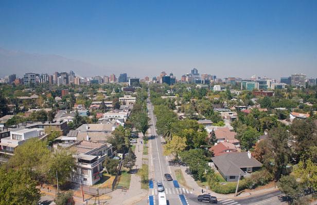 Blick vom Cerro San Cristóbal im Stadtteil Bellavista von Santiago de Chile.