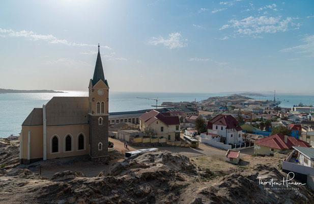 Der Kauf ging als Meilenschwindel in die Geschichte ein, weil der Unterhändler von Lüderitz, sein Mitarbeiter Heinrich Vogelsang,
