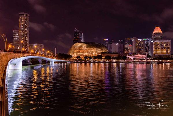 """Die Esplanade """"Theatres on the Bay"""" ist ein Kulturzentrum in Singapur, bestehend aus einem Konzertsaal mit etwa 1600 Plätzen und einem Theater für etwa 2000 Zuschauer"""