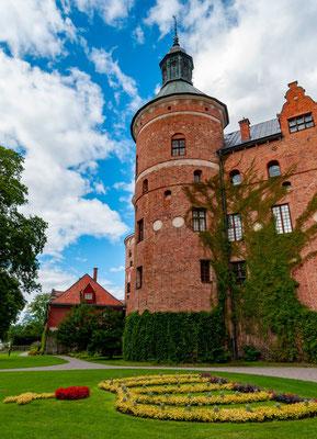 Gripsholm wurde 1383 als Burg vom schwedischen Reichsrat und Großgrundbesitzer, dem Truchsess Bo Jonsson aus dem Adelsgeschlecht der Grip gebaut.