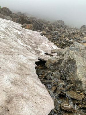 Mehrere Schneefelder gilt es zu überschreiten, auf den Weg zum 2757m hohen Geierjoch