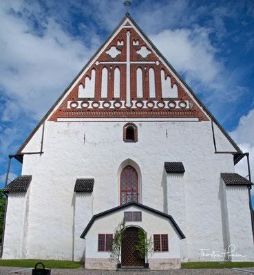 Der Dom von Porvoo mit seinem Giebel aus roten Ziegeln ist das Wahrzeichen der Stadt. Er wurde Mitte des 15. Jahrhunderts fertiggestellt, geht in Teilen aber auf die Zeit um 1410 zurück.