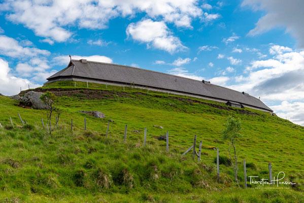 Das Langhaus in Borg ist über 80 m lang und knapp 10 m breit. Der rekonstruierte Neubau steht nur ein paar Meter neben der originalen Fundstelle, bei der man im Rasen noch die Umrisse der Außenwand sowie die Lage der tragenden Holzpfosten erkennen kann.