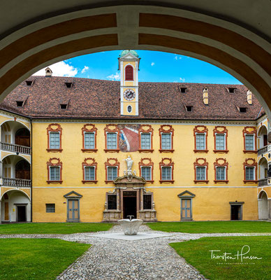 Der Innenhof der Hofburg gehört zu den stimmungsvollsten Schlosshöfen Südtirols.