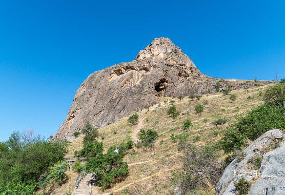 Er soll auf dem Suleiman-Berg eine Hütte gehabt haben und lange auf dem Felsen gesessen und sein Schicksal überdacht haben, ehe er zu dem Schluss kam, dass das Ferghanatal für seinen Ehrgeiz und seine Träume zu beengend war.