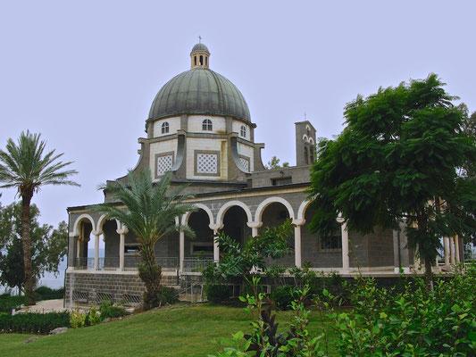 Die Kirche der Seligpreisungen wurde 1937 aus schwarzem Basalt und weißem Kalkgestein errichtet